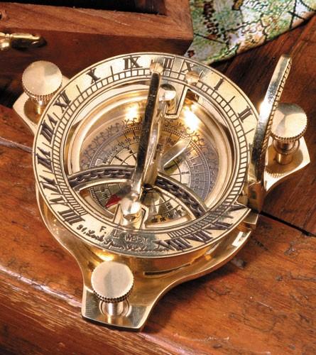 Kompaßsonnenuhr, in Holzbox mit Messing