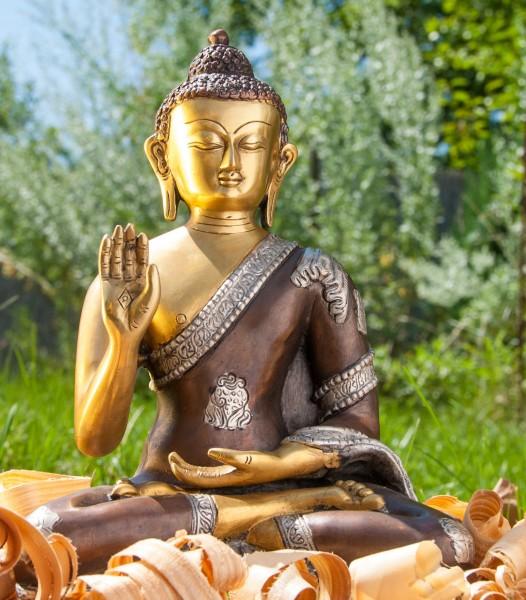Amogasiddhi Buddha sitzend, 3 farbig